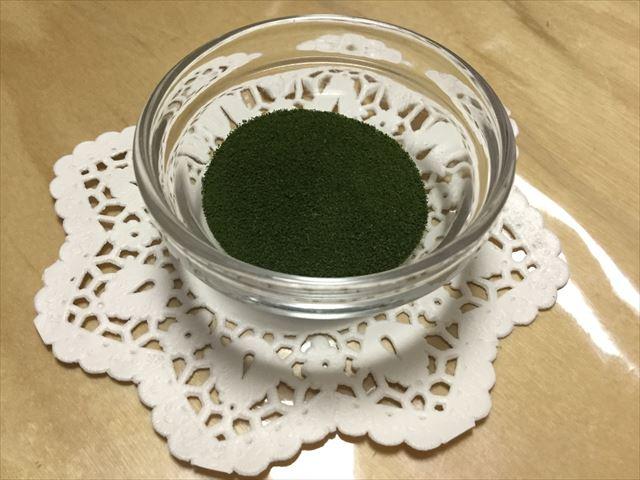 ナチュラルサイエンス「桑の葉美人青汁」を容器に入れた様子