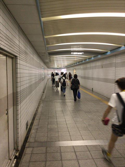 長堀鶴見緑地線京橋駅とコムズガーデンに向かう地下道