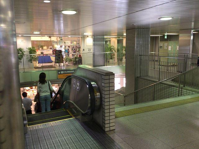 京阪電車「京橋駅」片町口改札前の階段