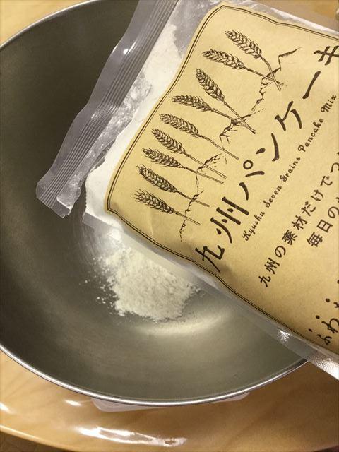 「九州パンケーキ」の粉をボウルに入れている様子