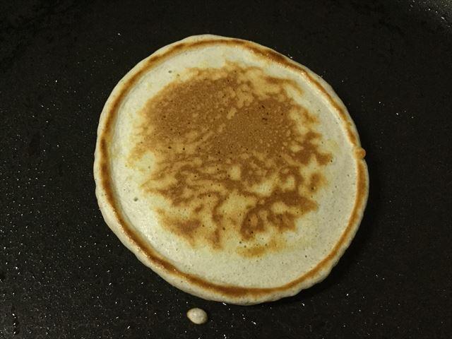 「九州パンケーキ」を焼いている様子。こんがり小麦色
