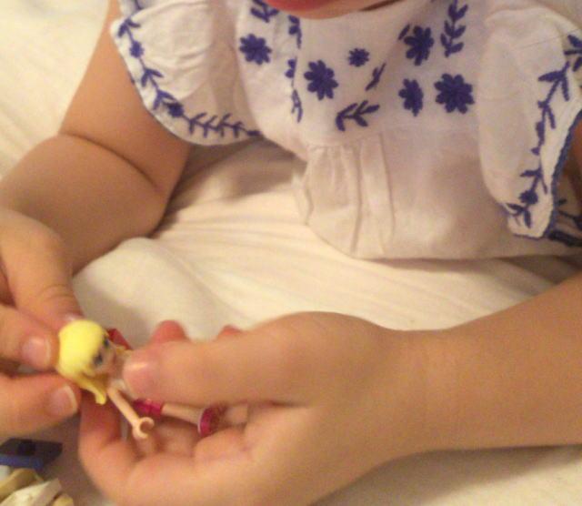 レゴフレンズ「パーティートレイン」を組み立てる娘