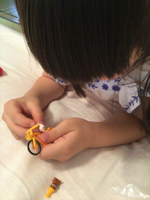 レゴフレンズ「パーティートレイン」の自転車を組み立てる娘