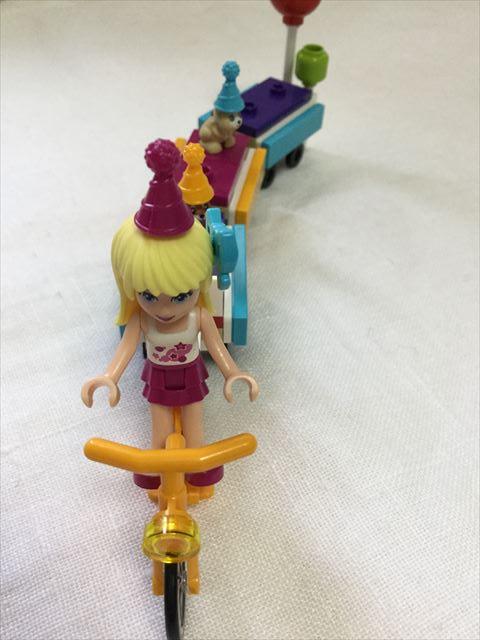 レゴフレンズ「パーティートレイン」自転車にステファニーを乗せる