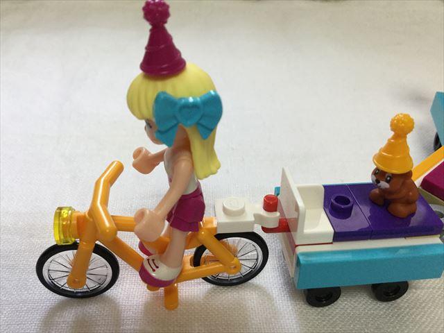レゴフレンズ「パーティートレイン」ステファニーが自転車に乗っている様子、横から撮影