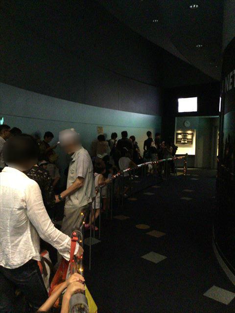 「大阪市立科学館」プラネタリウムの前で入場を待つ行列