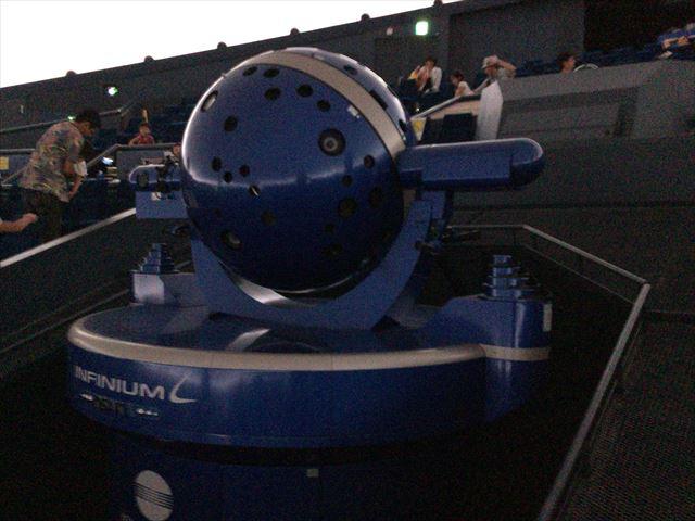 「大阪市立科学館」プラネタリウムの投影機