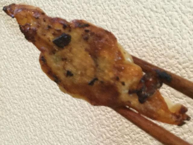 焼きあがった餃子を箸で持ち上げた