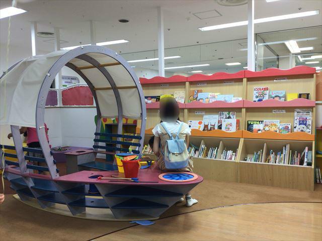 「キッズサポートセンターさかい」絵本コーナーと船の椅子
