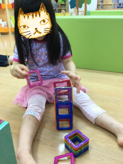 「キッズサポートセンターさかい」知育玩具で遊ぶ娘