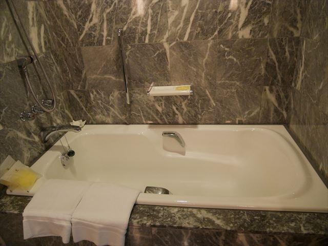 「神戸ベイシェラトンホテル&タワーズ」ジュニアスイートのバスタブ