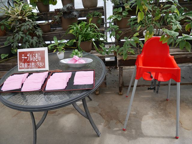 「神戸どうぶつ王国」お弁当持ち込み指定エリア、フラワーシャワー2階、子供用の食事用いす