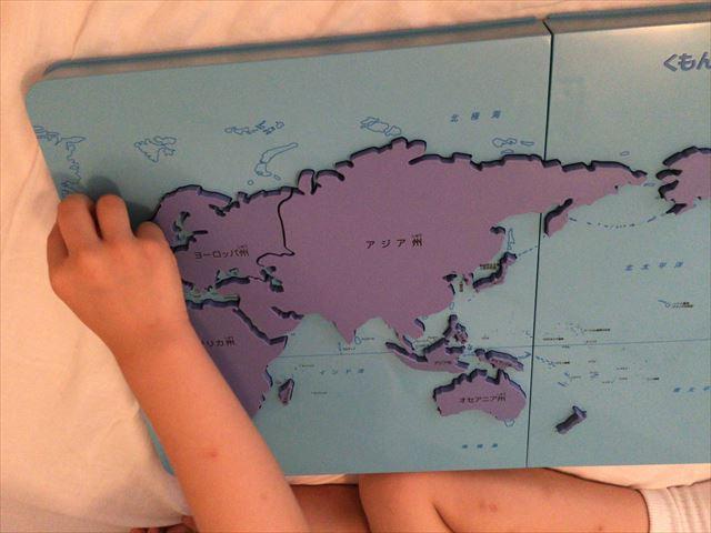 くもん「世界地図パズル」州別パズルで遊ぶ娘
