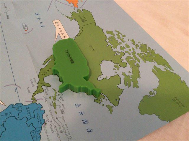くもん「世界地図パズル」と付属の世界地図