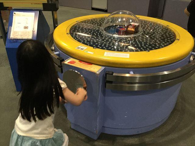大阪市立科学館、4階展示場、磁石を動かして発電