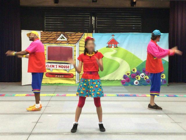World Family週末イベント「Family College」の様子。先生三人が踊っているシーン