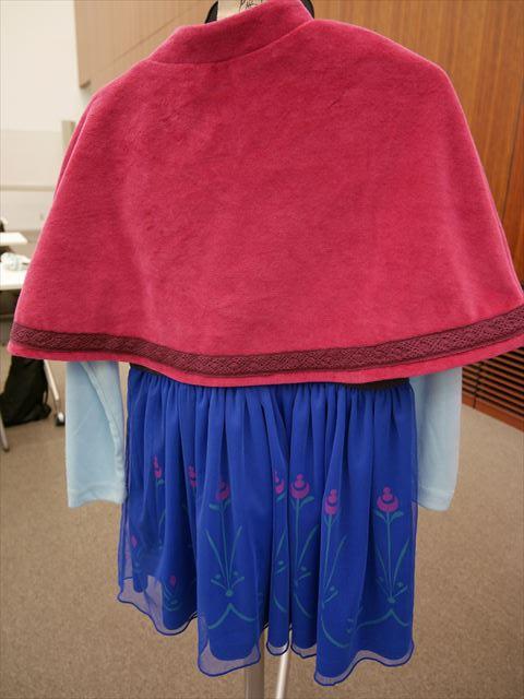 「アナと雪の女王(アナ雪)」アナのキッズワンピース、ベロアのケープ後ろから撮影
