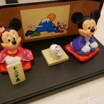 ディズニーお正月グッズ「ミッキー&ミニーお正月飾りセット」飾り台を取り外した様子