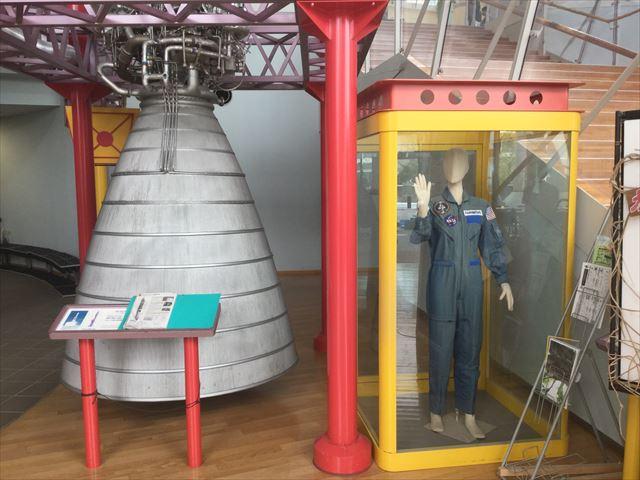 大阪府立大型児童館「ビッグバン」宇宙服と「H-IロケットLE-5」