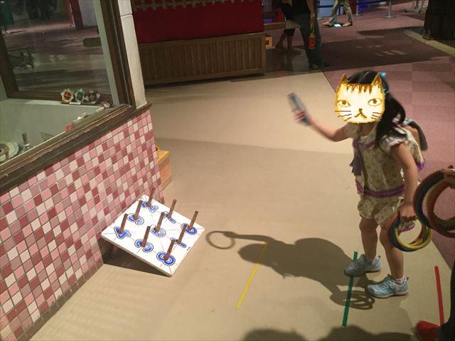 大阪府立大型児童館「ビッグバン」輪投げをする娘
