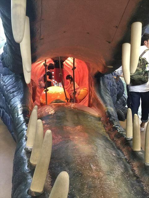 大阪府立大型児童館「ビッグバン」巨大マチカネワニの中で遊ぶ娘
