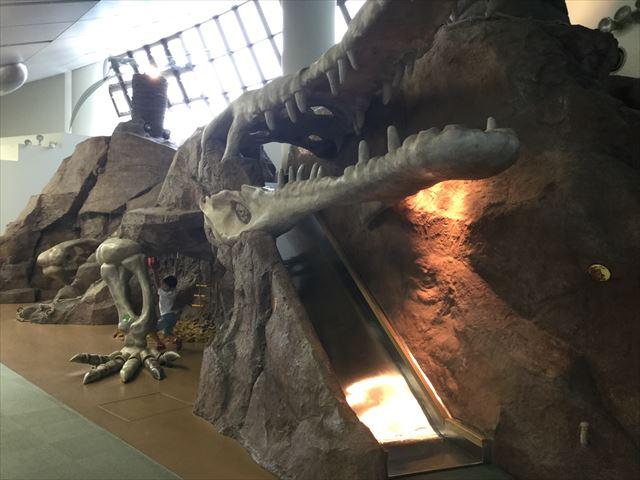 大阪府立大型児童館「ビッグバン」巨大マチカネワニの骨格が滑り台になっている