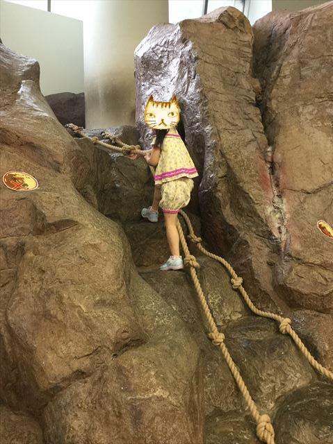 大阪府立大型児童館「ビッグバン」巨大マチカネワニの骨格に上る娘