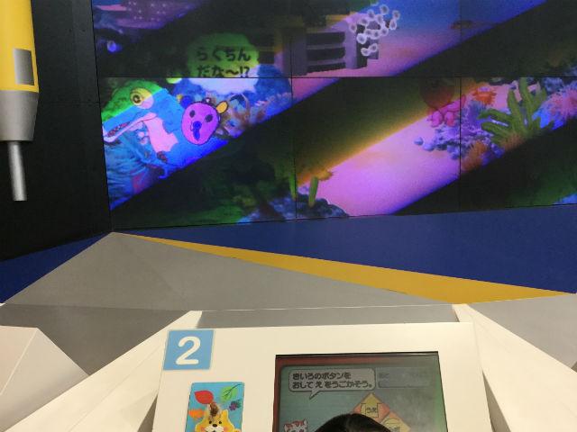 大阪府立大型児童館「ビッグバン」ハートイピア電子動物園で遊ぶ娘