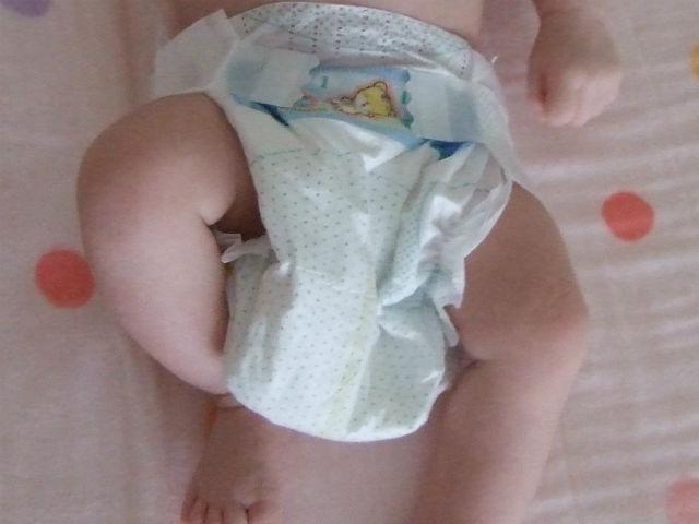紙おむつ「パンパース」を付けている娘、新生児用