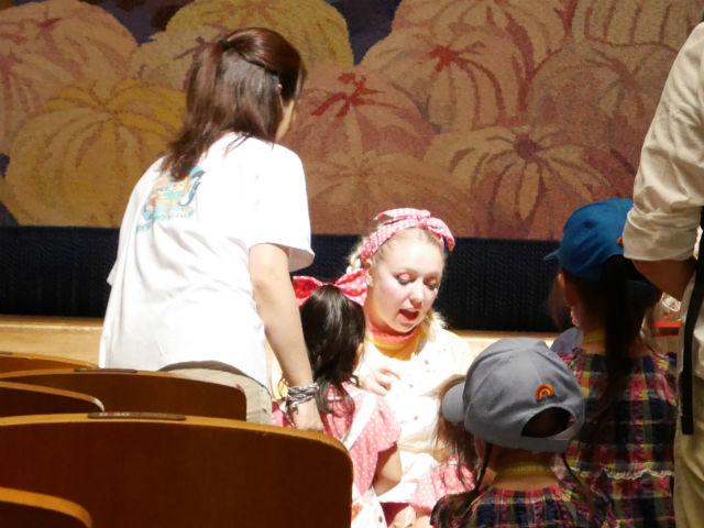 「イングリッシュカーニバル」クレア先生が英語で話しかけてサインをしている場面