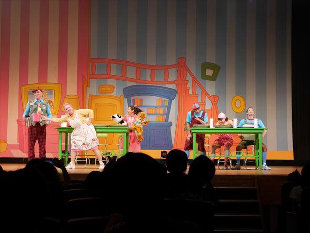 ワールドファミリーの週末イベント「English Carnival」マジックトイボックスの一場面