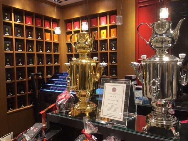 「ダマンリュミエール」の紅茶売り場、量り売りしている
