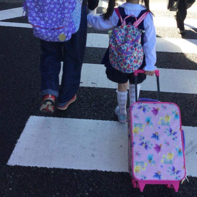 フェフェ(fafa)のキャリーバッグ、ピンクフェアリーを引っ張っている娘