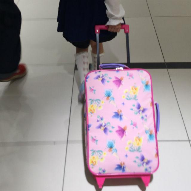 フェフェ(fafa)のキャリーバッグ、ピンクフェアリーを子供が引っ張っている様子