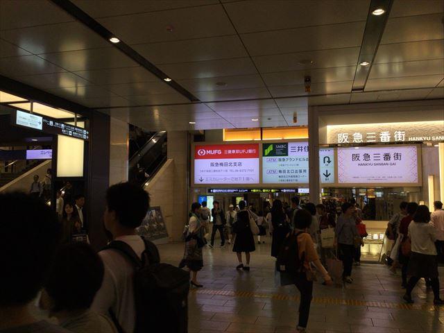 阪急電車「梅田駅」に向かうエスカレーター