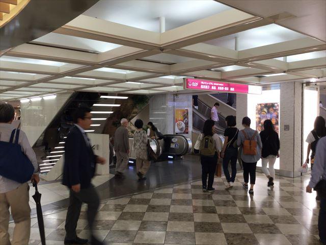 阪急三番街地下2階に行くエスカレーター