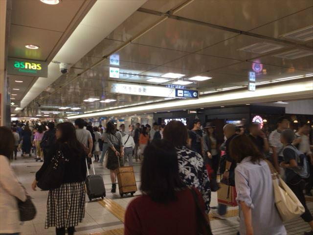 御堂筋線梅田駅北口出てすぐ右折した場所