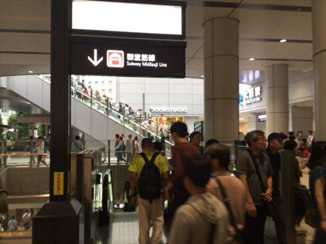 JR大阪駅御堂口近く、地下鉄御堂筋線梅田駅に向かうエスカレーター