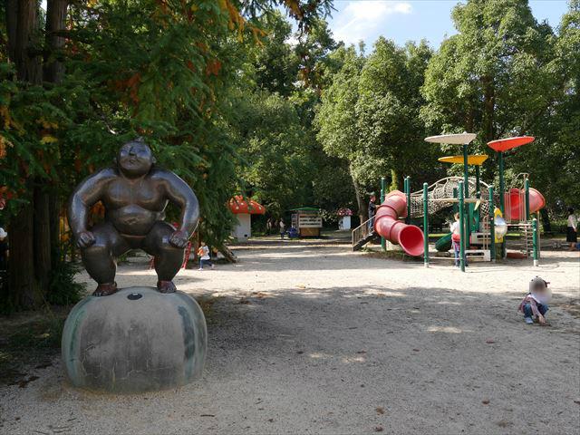 京都府立植物園のきのこ文庫と未来くん広場(遊具公園)