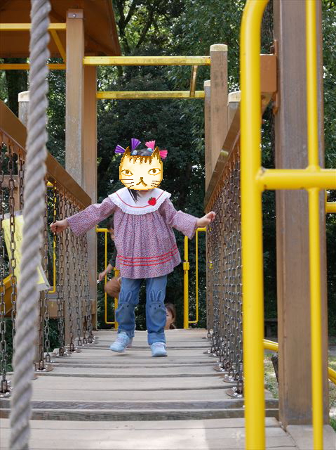 京都府立植物園「未来くん広場」の遊具公園のアスレチックで遊ぶ娘