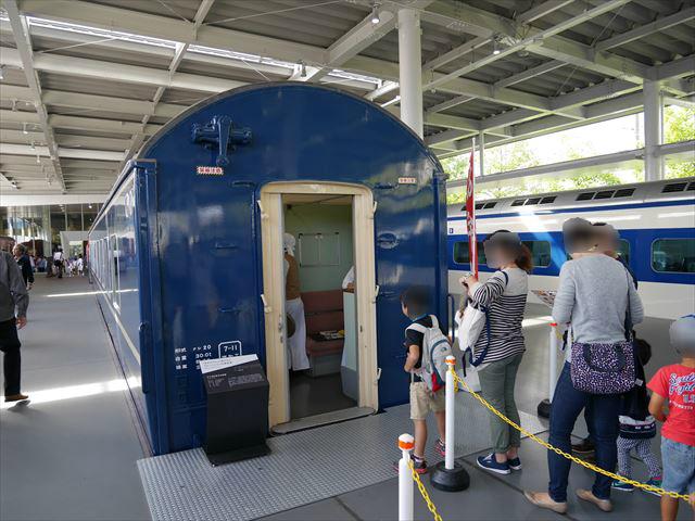 「京都鉄道博物館」食堂車に並ぶ人たち