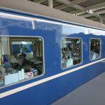 「京都鉄道博物館」食堂車で駅弁を食べている人たち