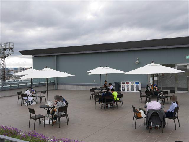 「京都鉄道博物館」屋上の休憩所