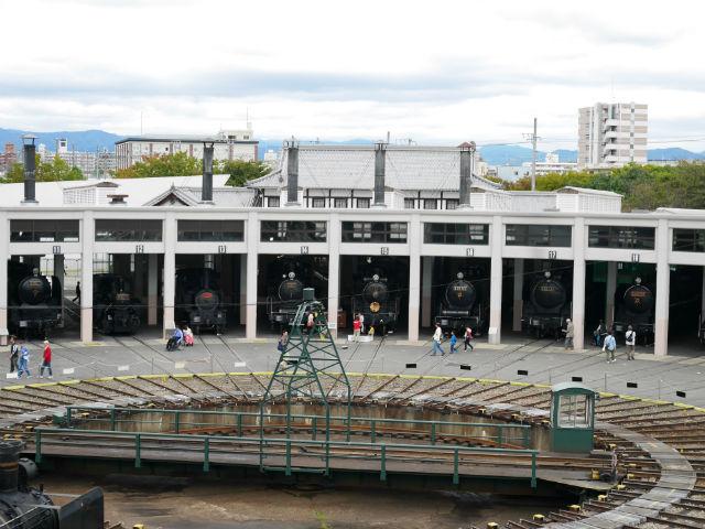 京都鉄道博物館の扇形車庫、たくさんの蒸気機関車館