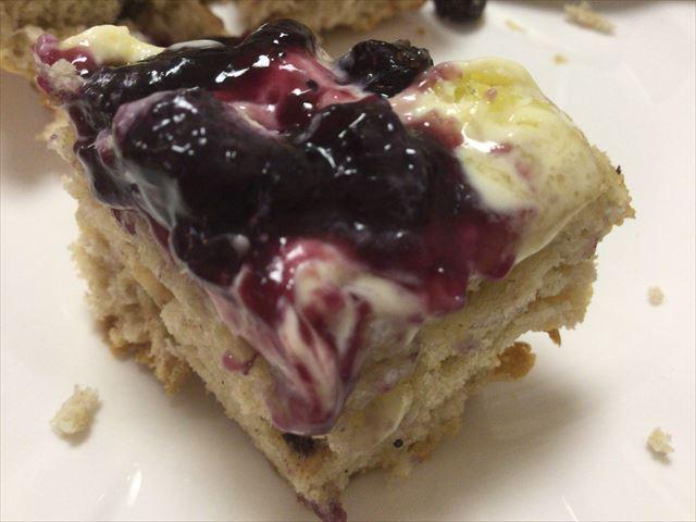 阪急百貨店うめだ本店「英国フェア2016」で購入した「トーマス・オケン・ティールーム(Thomas Oken Tea Room)」のスコーンを食べる