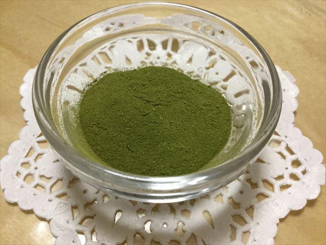 ユニマットリケン「有機栽培の青汁」1袋分を容器に入れてみた