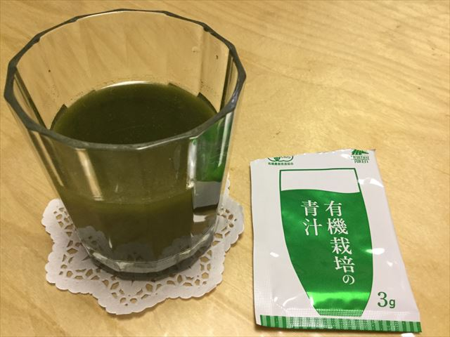 ユニマットリケン「有機栽培の青汁」を水に溶かした様子