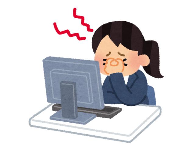 パソコンの前に長時間い続ける原因で頭痛になった女性