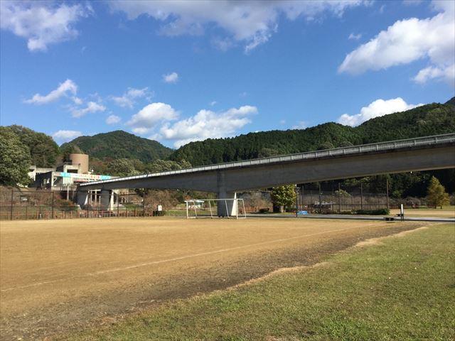 「平成榛原子供のもり公園」グラウンドと橋