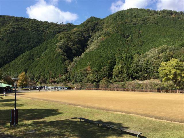 「平成榛原子供のもり公園」の前にある山と駐車場